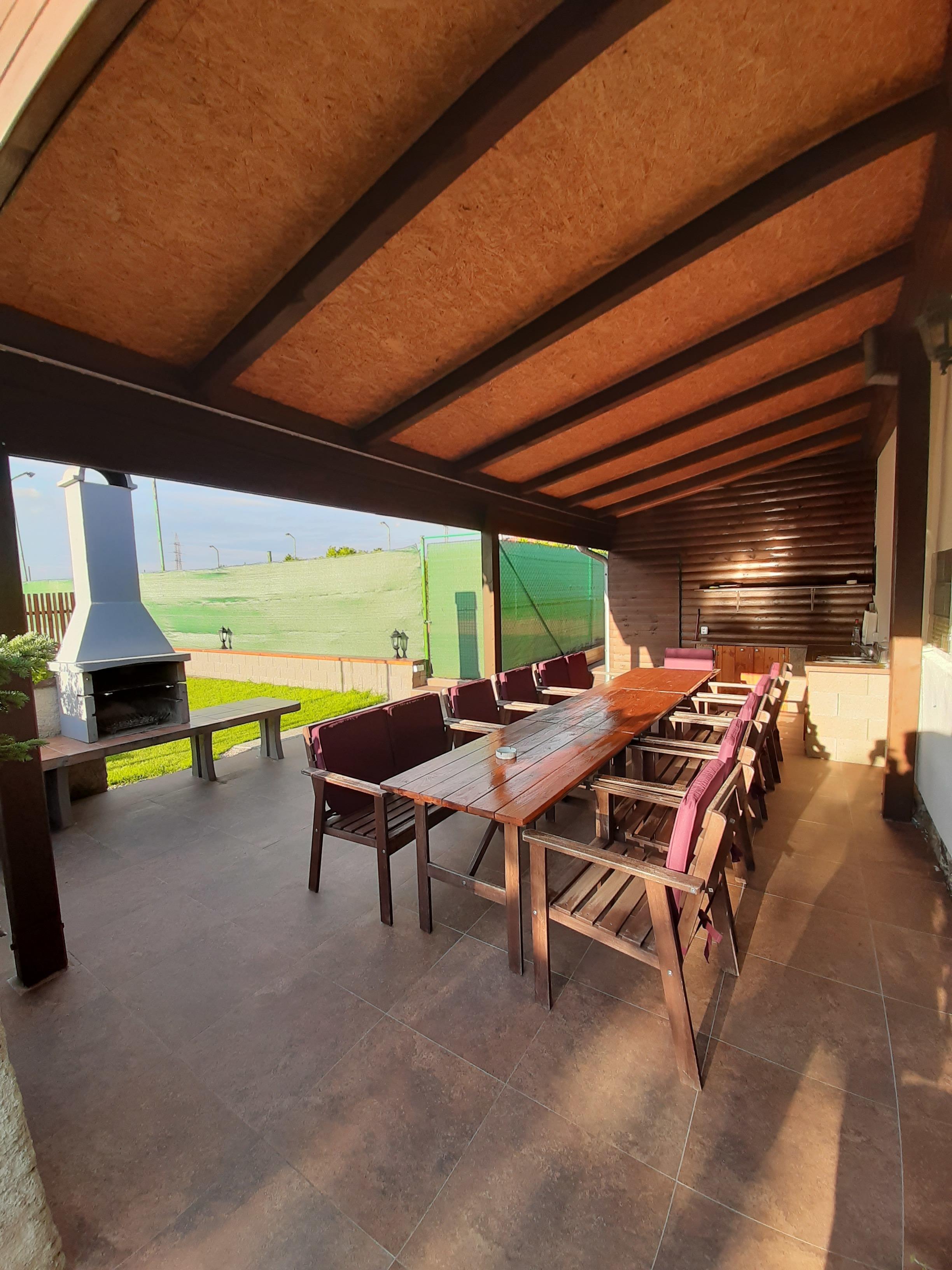 Chalupa pro 12 osob - zastřešená terasa s kuchyňkou